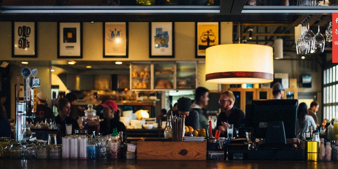 Un bar en florida despegó billetes de sus paredes para pagar a sus trabajadores ante crisis por COVID-19