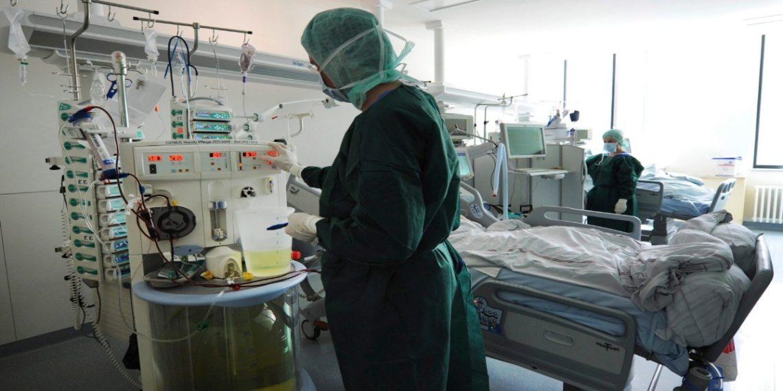 Una efermera revisa la máquina de diálisis en la unidad de cuidados intensivos del hospital universitario en Hamburgo, Alemania. EFE/ANGELIKA WARMUTH/Archivo