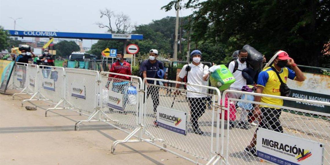 Migrantes venezolanos cruzan la frontera desde Colombia por razones humanitarias- EFE