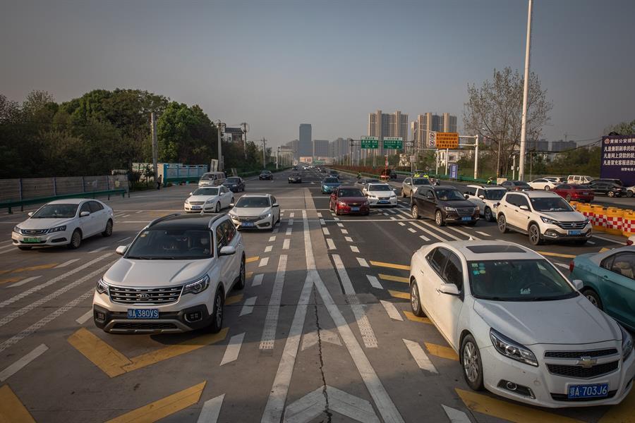 Miles de personas regresan a sus ciudades tras el fin de la cuarentena por el coronavirus en Wuhan. Foto: EFE