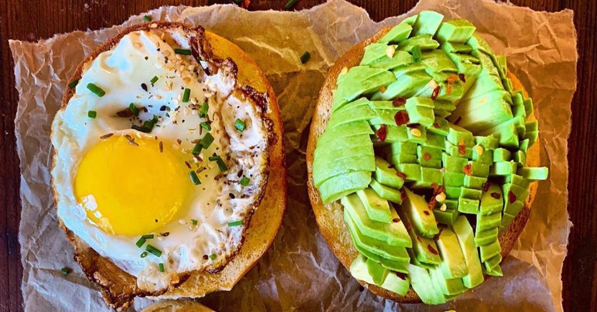 Para tus desayunos fitness o saludables con huevo: Bagel con aguacate