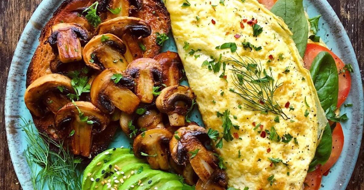Para la cena o desayunos saludables con huevo figura la tortilla