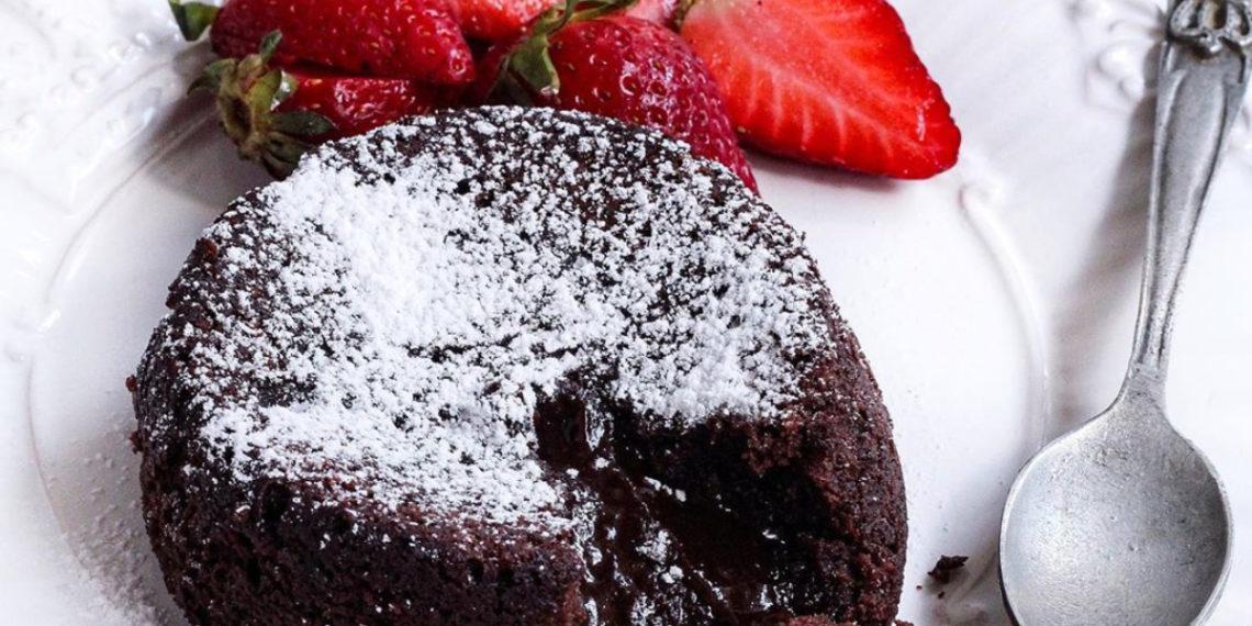 Volcán de chocolate acompañado de fresas y helado