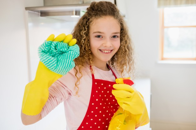 niña limpiando