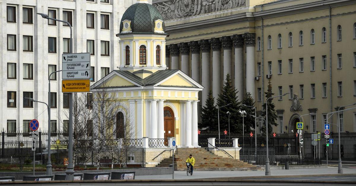 Mensajero de alimentos recorre el centro de Moscú en la cuarentena