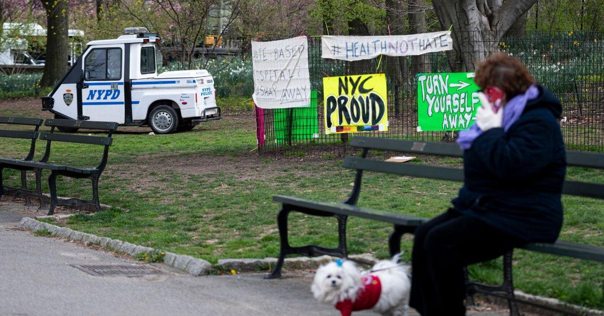Una mujer descansa con su mascota en el Central Park