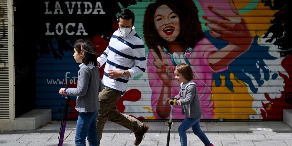 España permite salir a los niños tras seis semanas de encierro