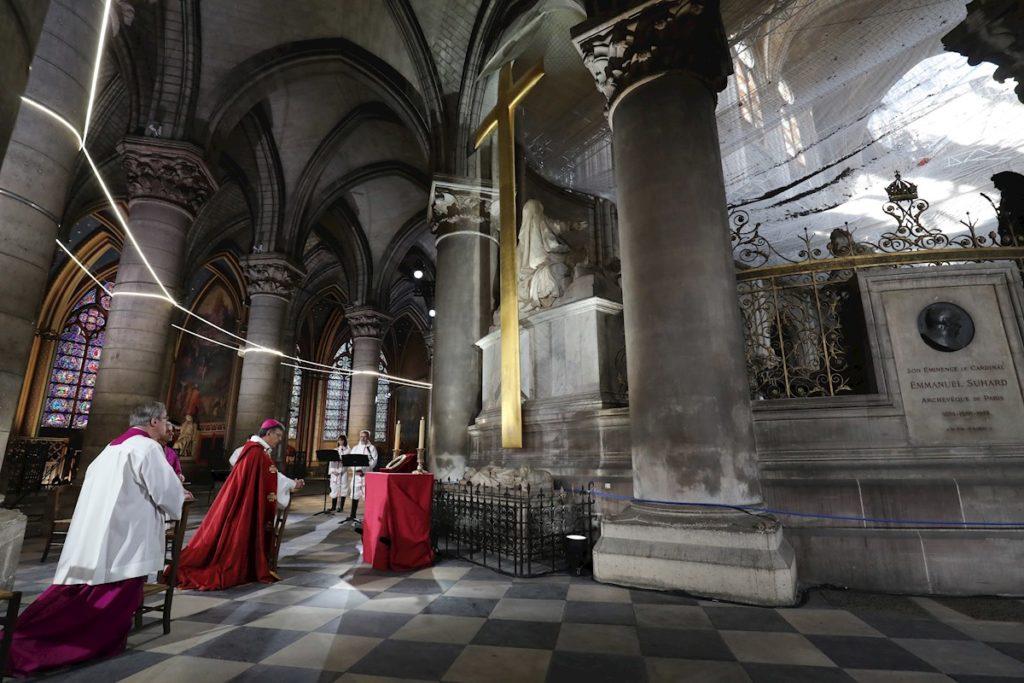 Catedral de Notre Dame conmemora su primer año derrumbada. Foto: EFE