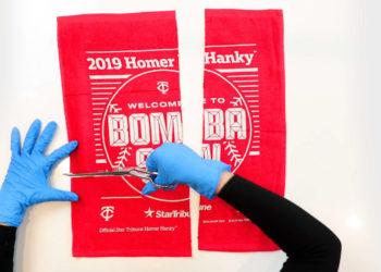 Mellizos de Minnesota convierten toallas en mascarillas contra el coronavirus