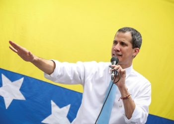 Guaidó anuncia bono para empleados de salud