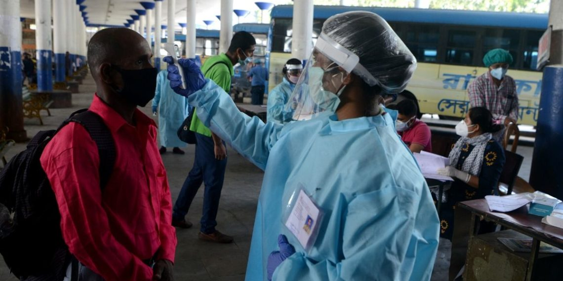 Un farmacéutico indio muere al probar un brebaje para curar el coronavirus