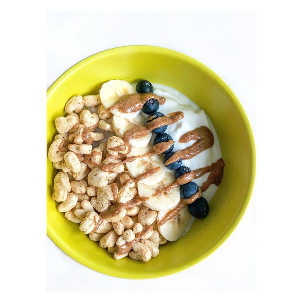 Cereal con yogur y crema de maní