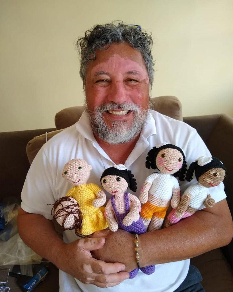 Abuelo que alegra a los niños con sus muñecas