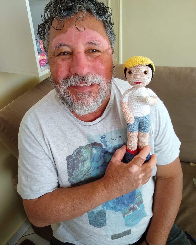 Abuelo teje tiernas figuras para niños