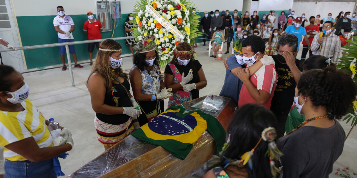 Indígenas lamentan la muerte del Jefe de la Tribu Kokama por COVID-19 en Manaus, Brasil. 14 de Mayo 2020. AFP