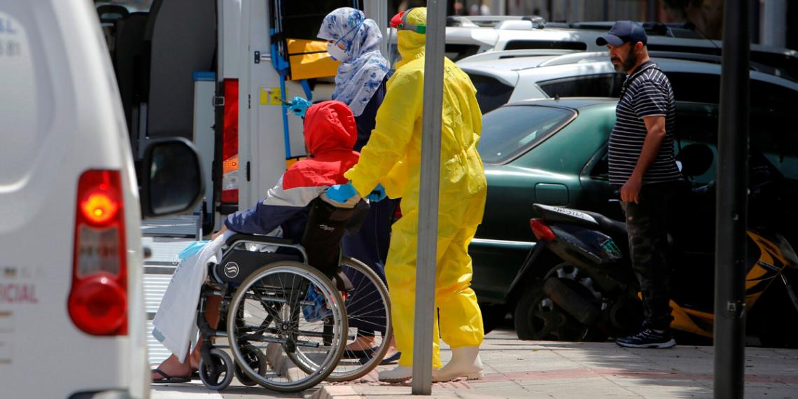 Varios trabajadores sanitarios trasladan a un enfermo a un hospital comarcal en Melilla. EFE/ F. G Guerrero/Archivo