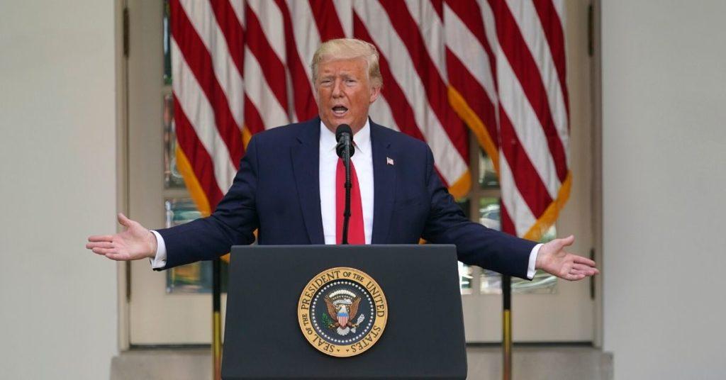 Trump amenaza con regular las redes sociales