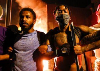 Los manifestantes se manifiestan fuera de un tercer recinto policial de Minneapolis en llamas, el jueves 28 de mayo de 2020, en Minneapolis. Foto: AP