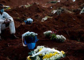 sepultureros por el coronavirus en Brasil