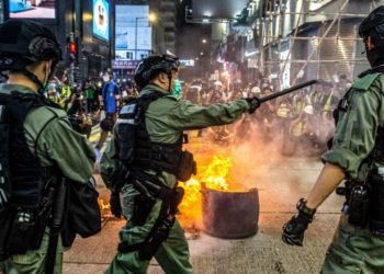La policía antidisturbios de Hong Kong (L) emite una advertencia mientras planean despejar a las personas reunidas en el distrito central del centro de Hong Kong el 27 de mayo de 2020. Foto: AFP