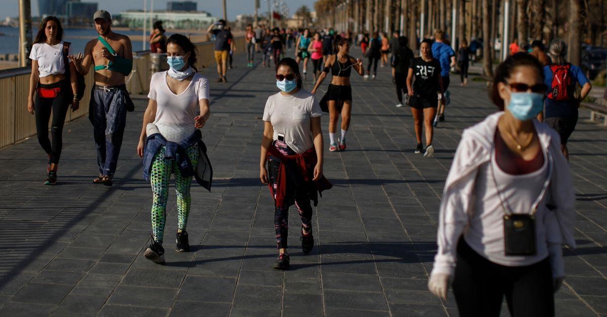Ciudadanos de toda España salen a pasear tras confinamiento