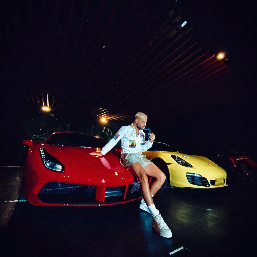 Maluma con su colección de carros