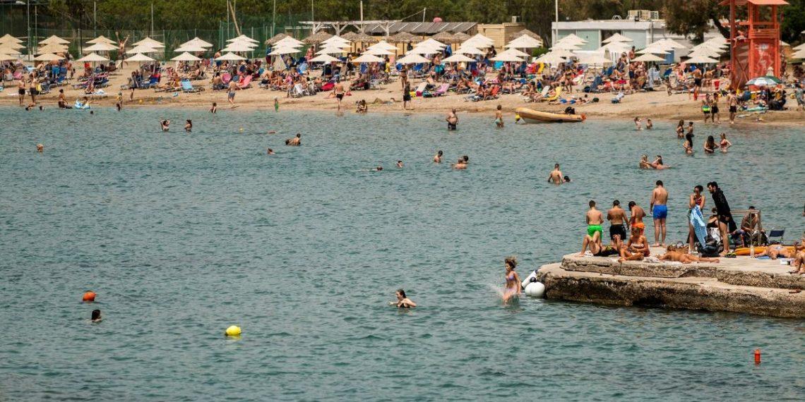 Las playas de Grecia son invadidas por sus habitantes en reapertura