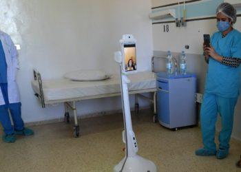 Robot ayuda a personal médico en Túnez