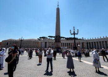 Fieles se reúnen en la plaza de San Pedro