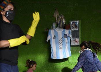 Camiseta de Maradona es donada a barrio vulnerable de Argentina