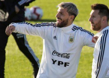 El Kun Agüero llama por WhatsApp a Messi mientras se divierte con videojuegos