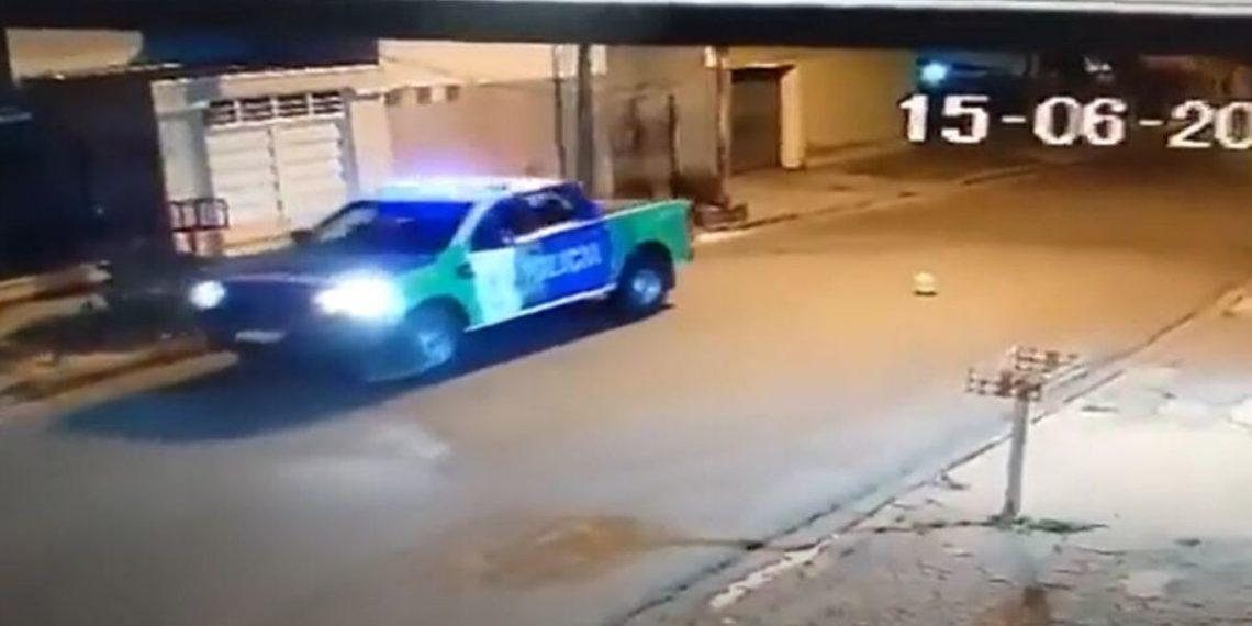 Policías que jugaron a reventar un globo con su patrulla fueron suspendidos en Argentina