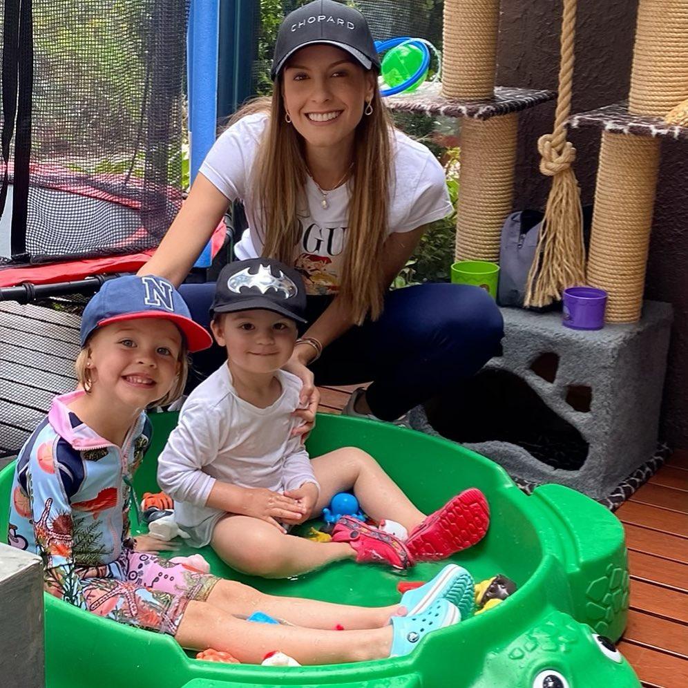 Laura Acuña junto a sus hijos
