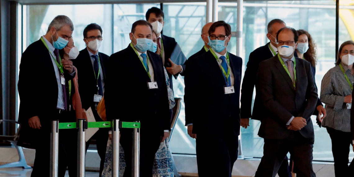 El ministro de Transportes, José Luis Ábalos y el ministro de Sanidad, Salvador Illa, visitan el Aeropuerto Adolfo Suárez Madrid-Barajas para supervisar las medidas de seguridad. EFE