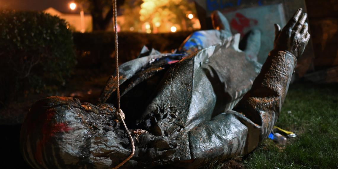 Estatua derribada de Alberta Pike en Washington D.C. (Foto: AFP)