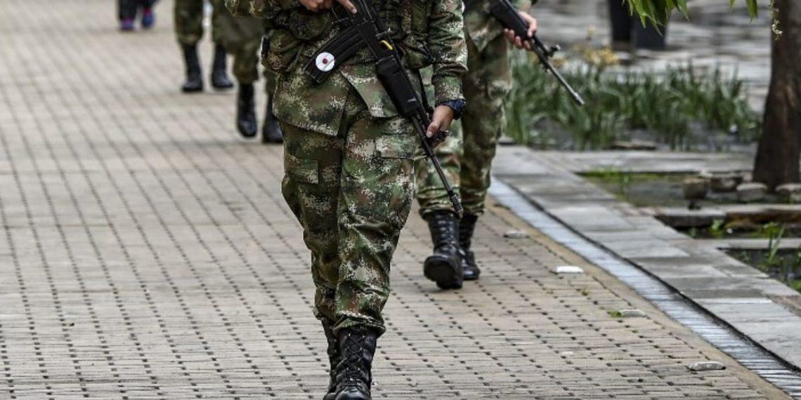 Soldados niña indígena