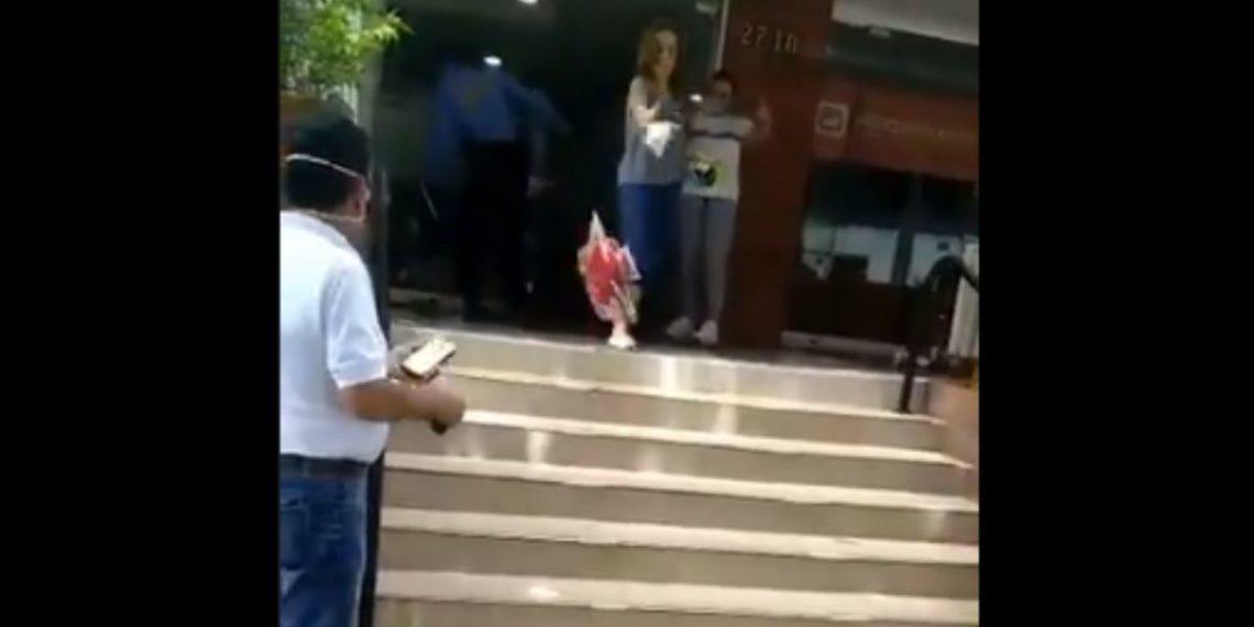Mujer botó mercado a la calle