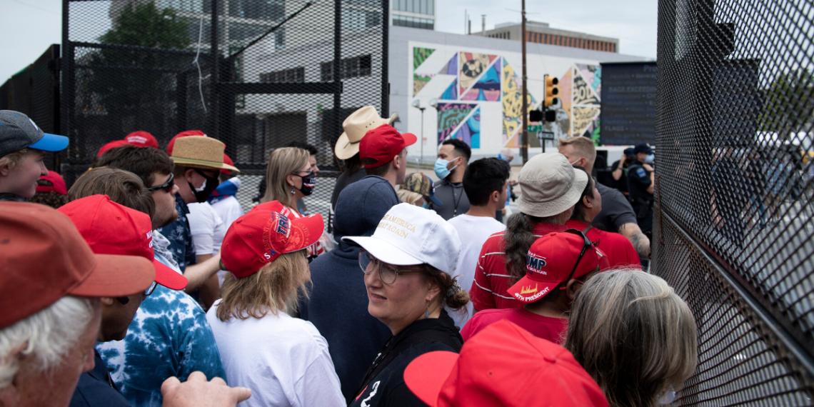 Ciudadanos esperando para entrar al evento de campaña de Trump en el BOK Center en Tulsa, el 20 de Junio de 2020. AFP