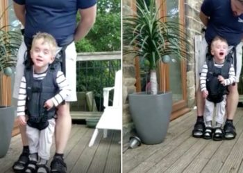 niño de 4 años con parálisis cerebral al caminar por primera vez