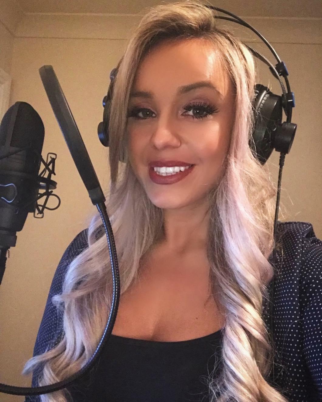 mujer cantando