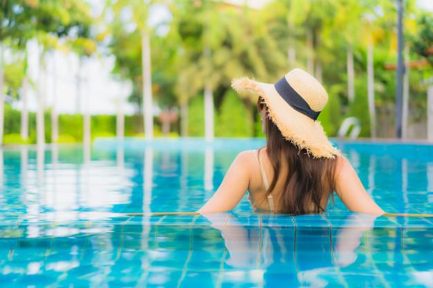 bañarse en la piscina