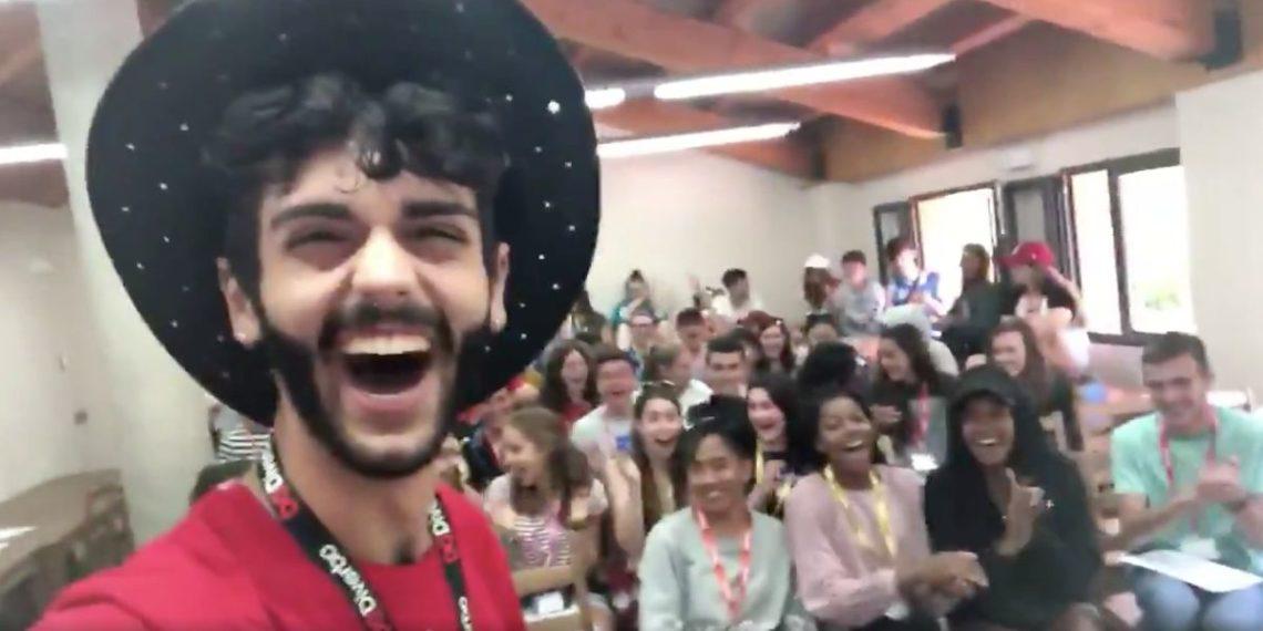 Profesor de inglés engañó a sus alumnos y el último día confesó que hablaba español