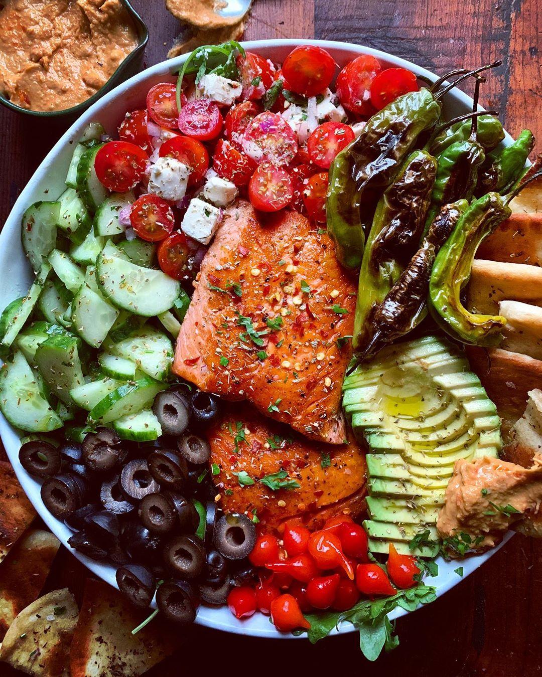 Ensalada de verduras con salmón