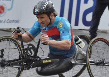 Alex Zanardi, expiloto de F1, sufre terrible accidente en bicicleta de mano