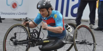 Alex Zanardi, expiloto de F1, sufre terrible accidente en bicicleta de mano