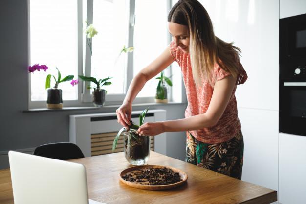 mujer con plantas
