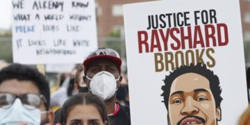 Las protestas en Atlanta se han intensificado por la muerte del afroamericano Rayshard Brooks. Foto: EFE