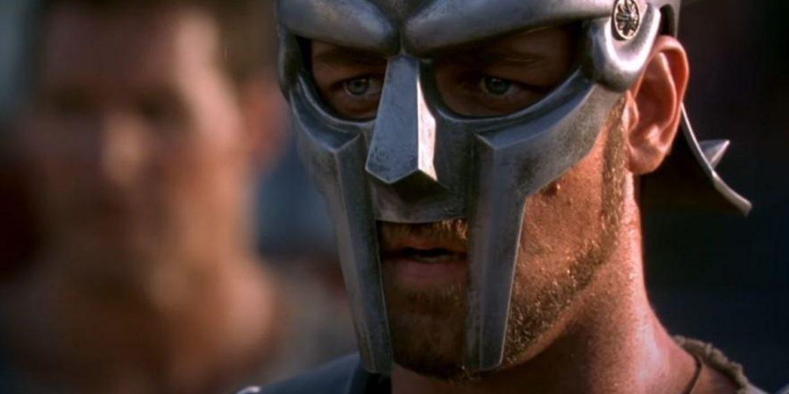 Russell Crowe interpretando a Máximo en Gladiador