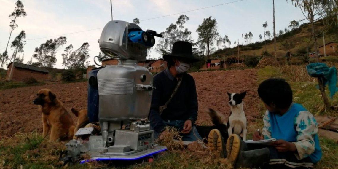 Kipi, la robot que lleva educación a los niños campesinos de las zonas apartadas de Perú