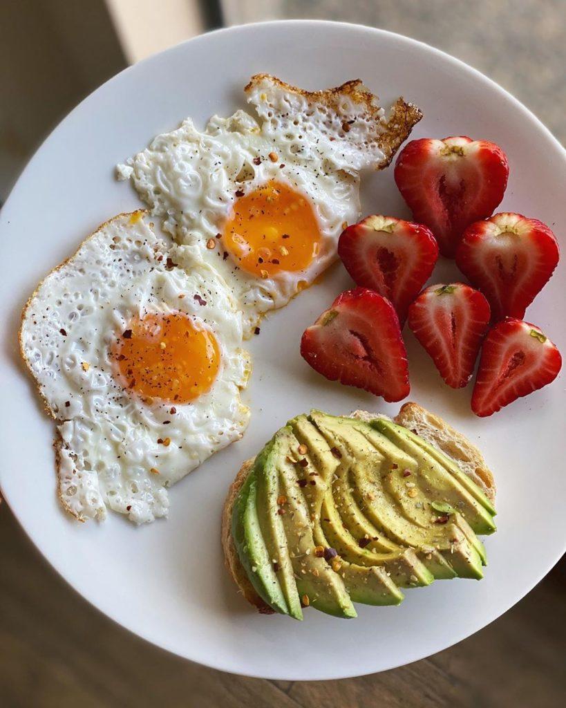 Huevo, aguacate y frutas